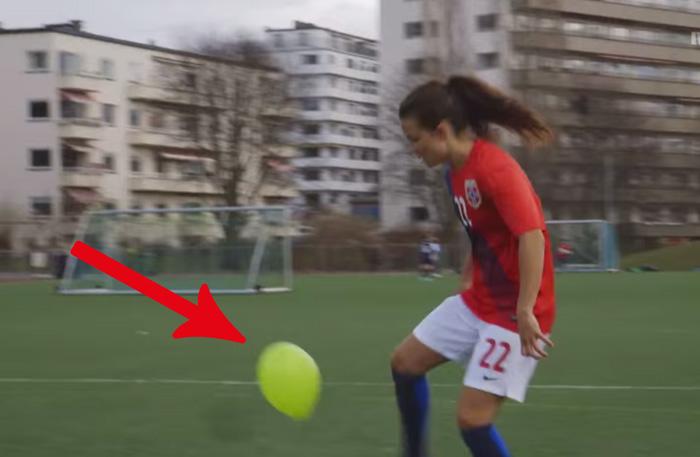 Tjejer som spelar fotboll med ballong