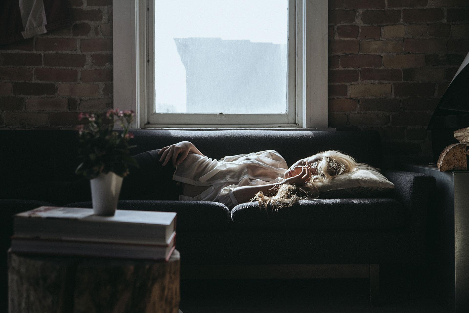 Kvinna som vilar pga stress och utmattning