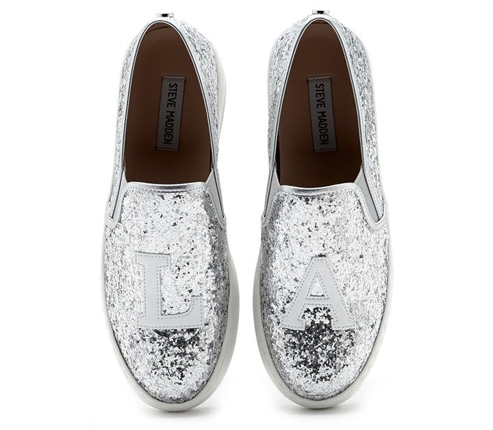 Silvriga skor är så snyggt.