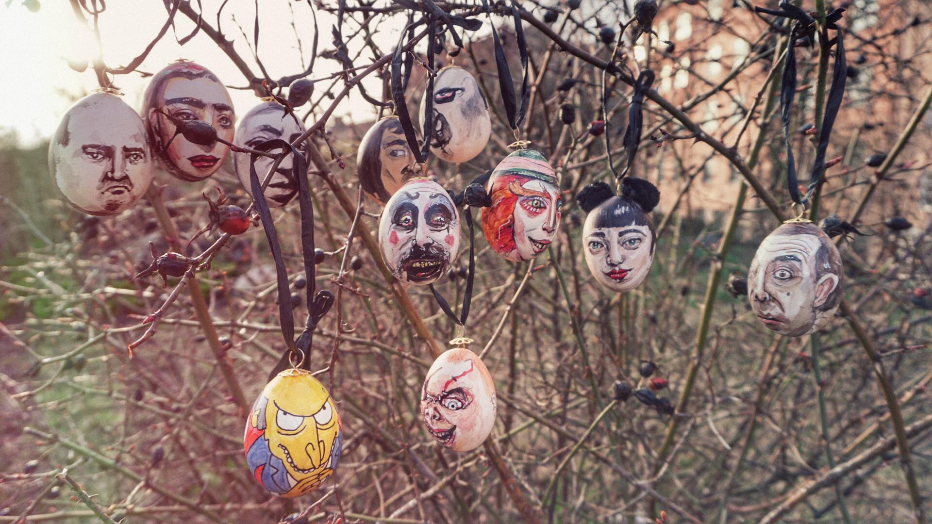 Ett gäng ägg hänger i trädet. Camillas selfieägg och Mr. Bean ser du till höger.