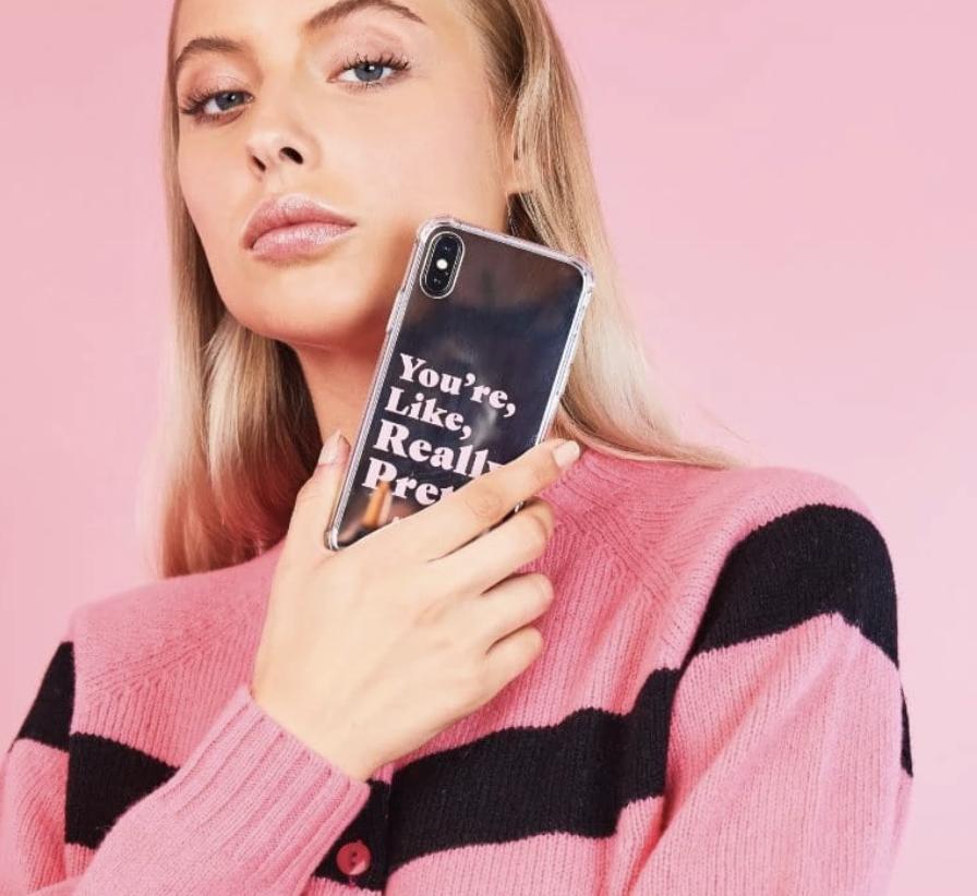 """Kvinna håller ett mobilskal med texten """"you're, like, really pretty."""