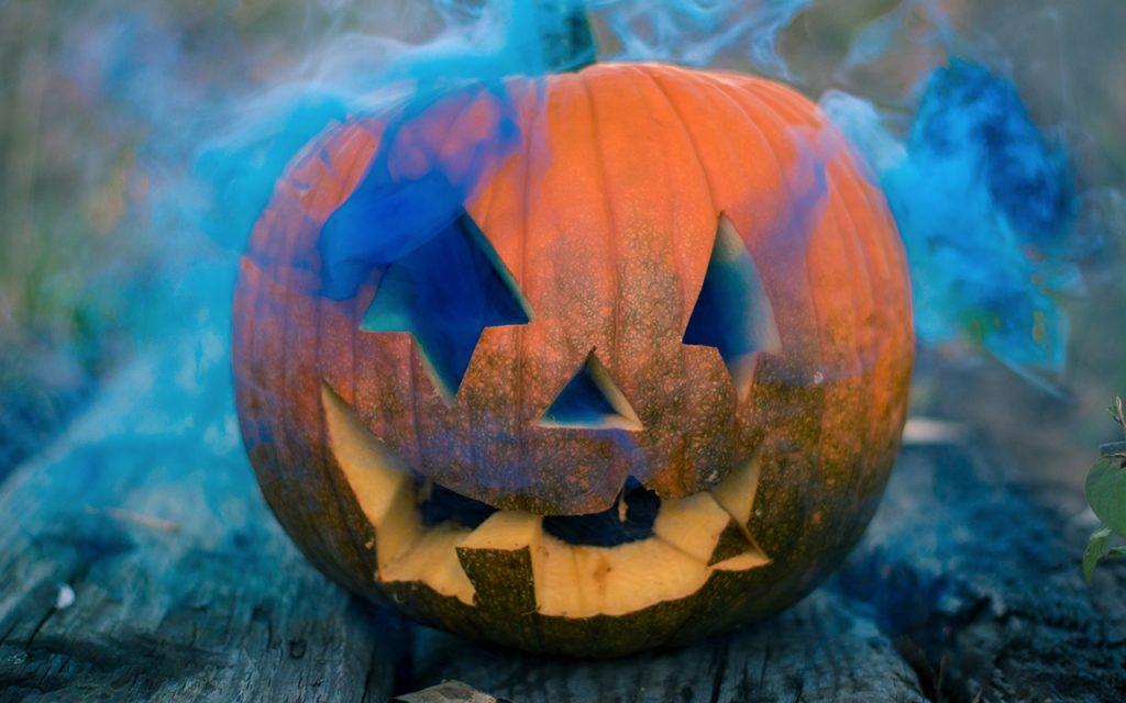 klassisk halloweenpumpa med rökmaskin
