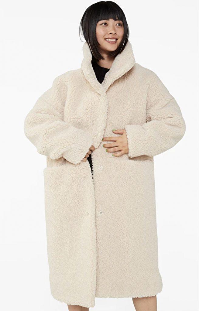 Vinterjacka i teddymaterial för dam.