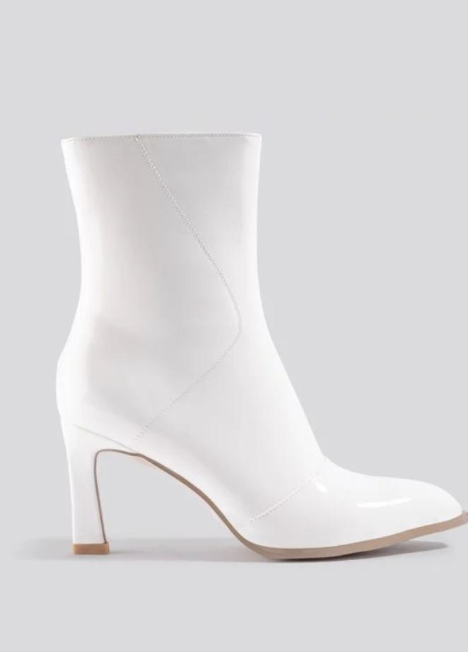 Snygga vita skor som vi alla vill ha.
