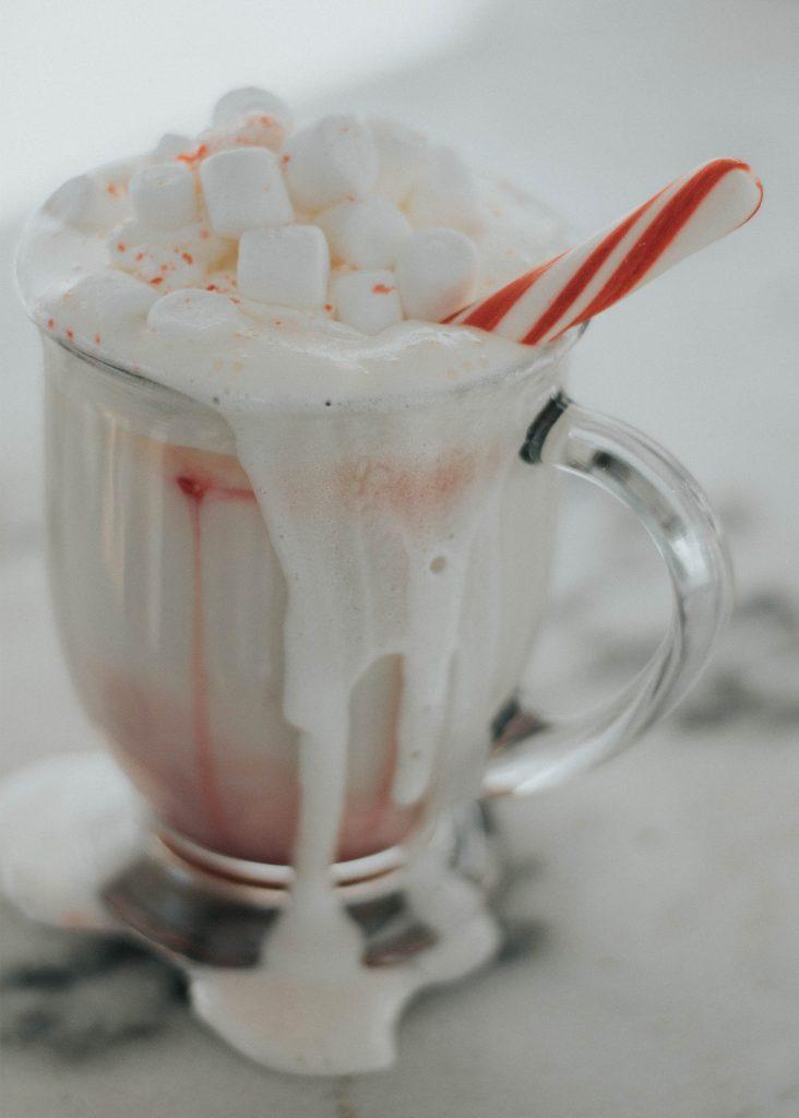Recept på juldrinken varm vitchoklad med polkagris och pepparmynta