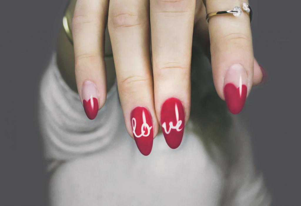 Rött nagellack inför julen.