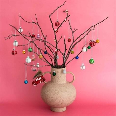 julpynt och julkulor finns att köpa på  lagerhaus