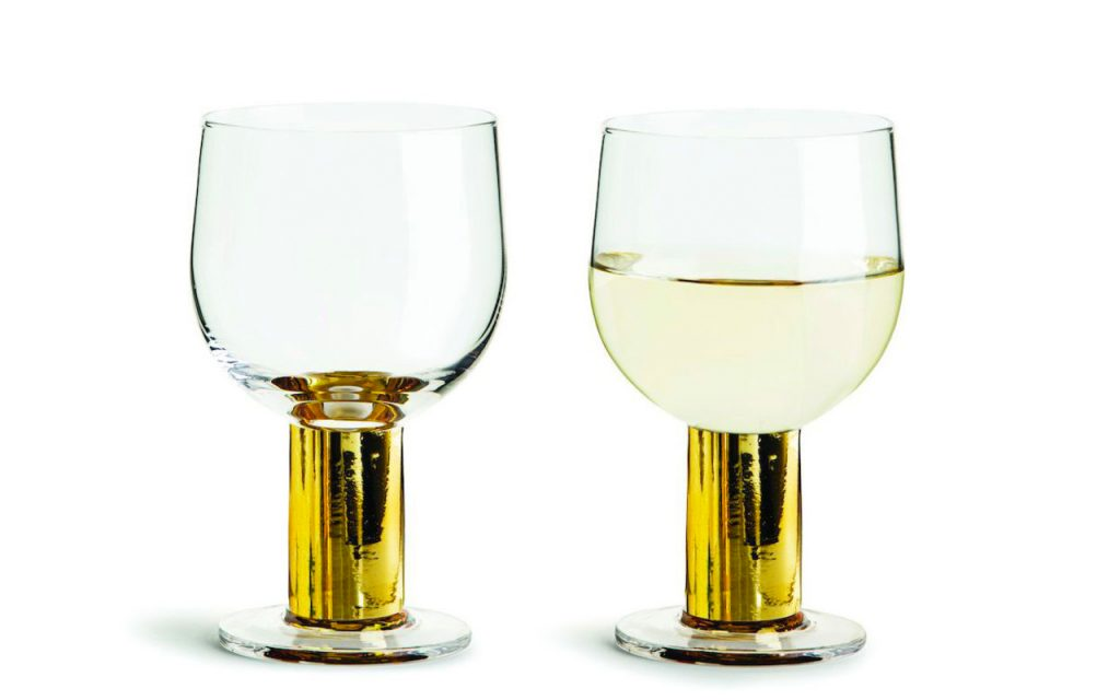 Gul detalj på vinglasen är modernt.