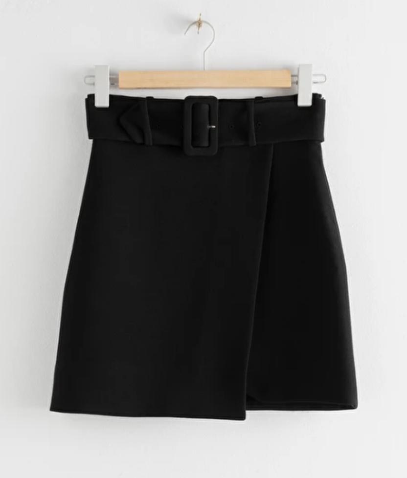 svart minikjol med bälte