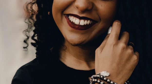 Blek tänderna med gurkmeja