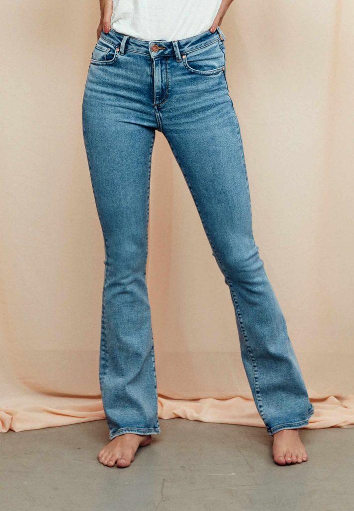 Blå utsvängda jeans