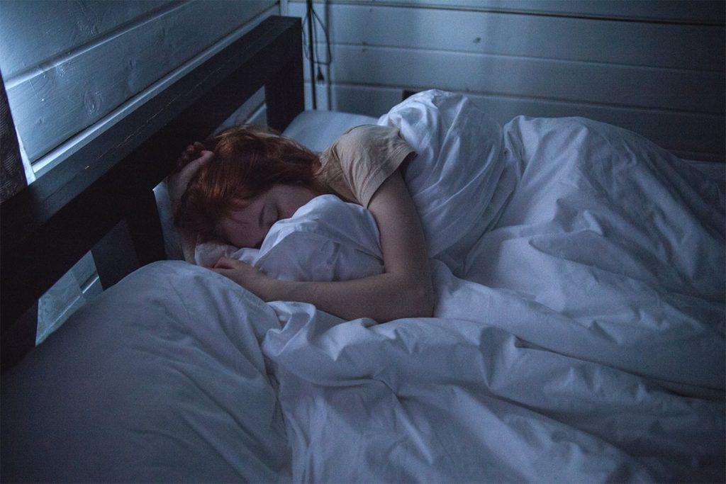 Därför ska du inte sova med vanligt örngott i bomull
