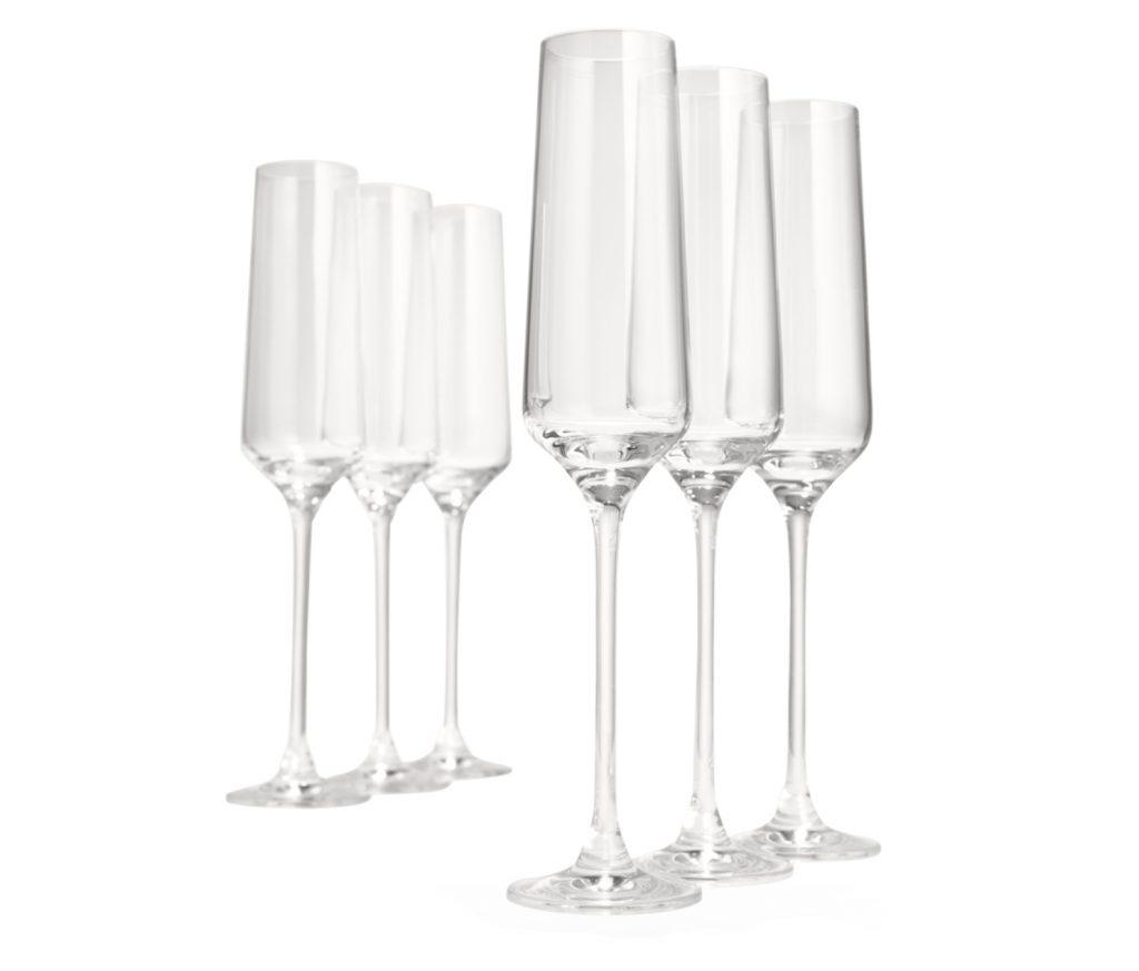 Servera mimosa drink i champagneglas