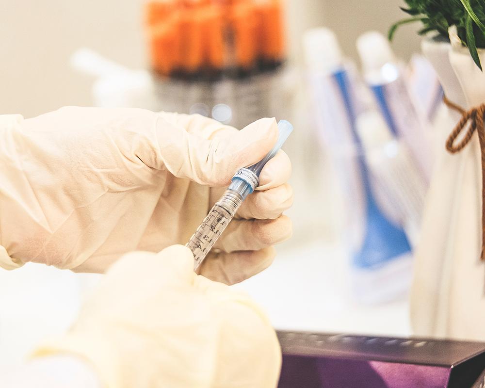 Spruta vaccin covid-19 corona