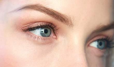 hår mellan ögonbrynen